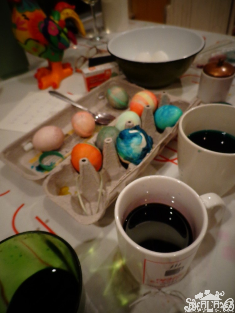 dying Easter eggs on Shalaveee.com